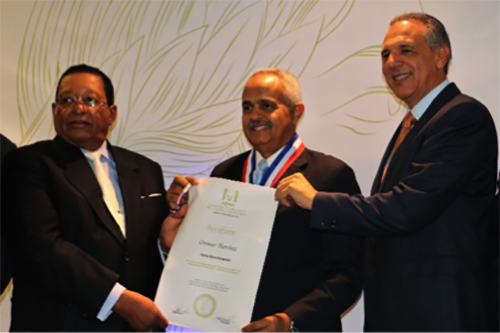 Osmar Benítez, president of the Dominican Agribusiness Board—NCBA CLUSA's implementing partner in the Dominican Republic—receives an award from the Dominican Association of Ranchers and Farmers.