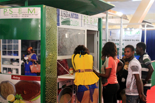 Customers line up to sample millet porridge at the Sunu Fondé booth.